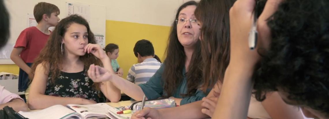 professora e alunos na sala de aula